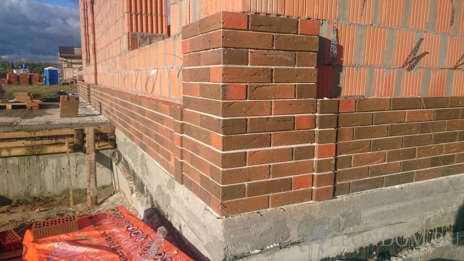 раз картинка кладки дома из блока обложенного красным динамо впервые